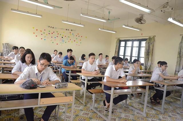 Thí sinh làm thủ tục, nghe quy chế thi vào lớp 10 tại điểm thi Trường THPT Hoàng Văn Thụ, Hà Nội. Lịch thi vào lớp 10 THPT năm học 2018-2019 (ảnh nhỏ). Ảnh: Q.A