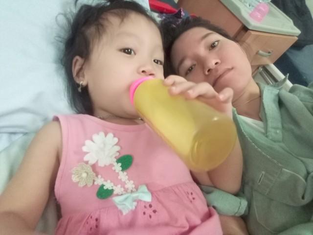 Con gái của chị Hiền giờ ngày đi học, tối vào viện mẹ chăm