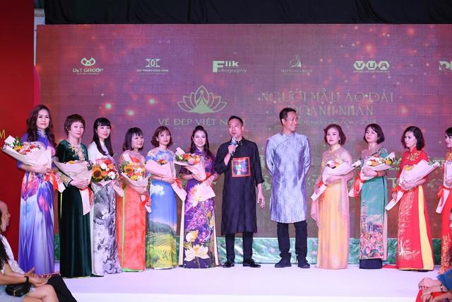 NTK Đỗ Trịnh Hoài Nam cùng các người mẫu là doanh nhân.