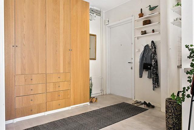 Sảnh căn hộ thiết kế hợp lý với chiếc tủ lớn cao sát trần.