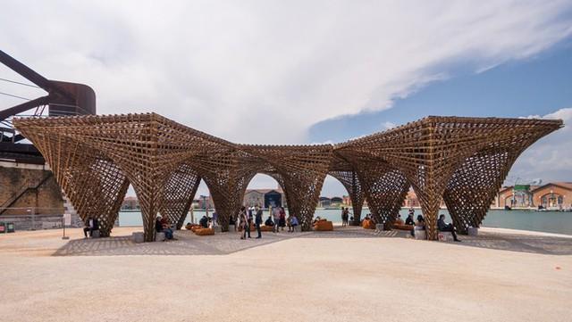 Triển lãm Kiến trúc quốc tế Biennale Venice (Italy) là nơi quy tụ những công trình sắp đặt của các kiến trúc sư nổi tiếng thế giới. Năm nay, Việt Nam đem tới dự án xây dựng hoàn toàn bằng tre mang tên Nhũ tre.