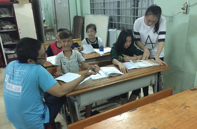 Thầy Ninh Viết Trí đang giảng bài cho Hào. Chị của Hào, Trần Thị Như Ý cũng đang được một sinh viên trợ giúp. Phía sau Ý là bé Trần Thị Diễm Hương.