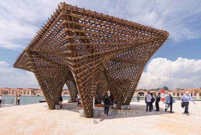 Dự án được hoàn thành trong 25 ngày, với sự tham gia của 8 công nhân cùng các tình nguyện viên ở Italy. Các cột dầm được vận chuyển theo đường biển mất một tháng từ Việt Nam sang đây.