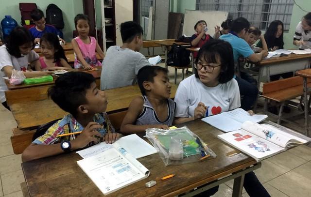 Kha và Danh Quang được cô giáo kèm cặp.