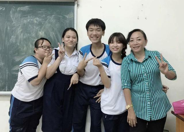 Cô Lan Hương (ngoài cùng bên phải) cùng học trò.