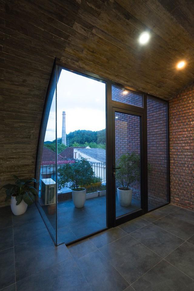 Cây xanh trong nhà rất được chú trọng. Bên cạnh cây leo, những hành lang trong nhà cũng được tận dụng để trồng nhiều loại cây xanh, giúp nhấn mạnh sắc xanh và sự thư giãn.