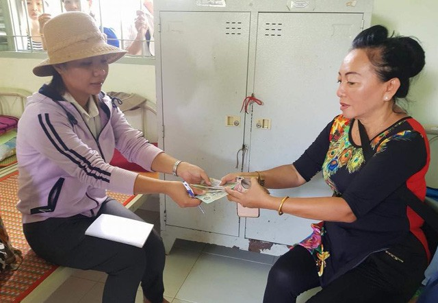 Về hưu nhưng vẫn tích cực đi thỉnh giảng tại các trường, cô Hương (bên phải) gom góp tài chính tham gia nhiều hoạt động xã hội, thiện nguyện.
