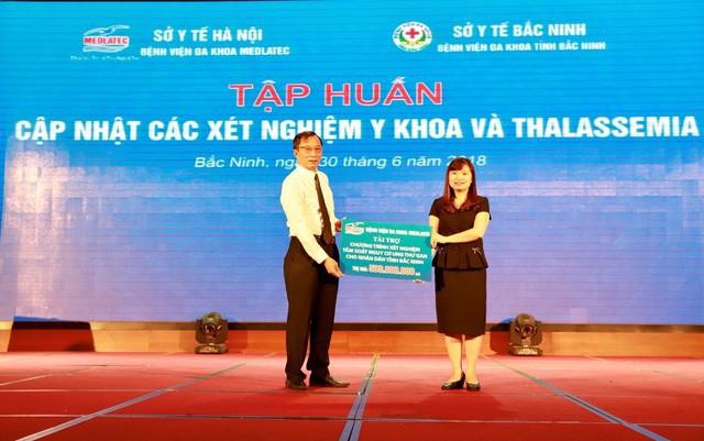 ThS. BS Nguyễn Thị Kim Len - Giám đốc BVĐK MEDLATEC trao tặng 2000 suất xét nghiệm miễn phí ung thư gan trị giá 500 triệu đồng cho người dân tỉnh Bắc Ninh