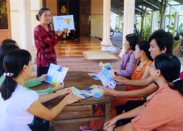 Truyền thông tư vấn nâng cao công tác chăm sóc SKSS/KHHGĐ cho người dân. Ảnh: PV