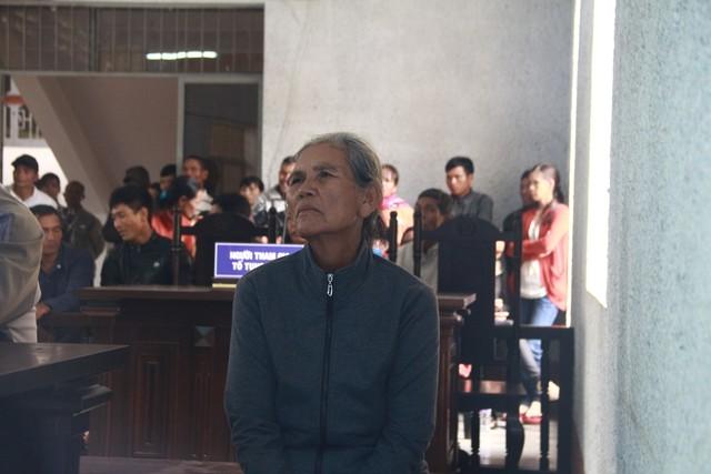 Bà H'Nuôl (mẹ nạn nhân) ngồi thẫn thờ ở phiên tòa, thương xót cho số phận hẩm hiu của con.