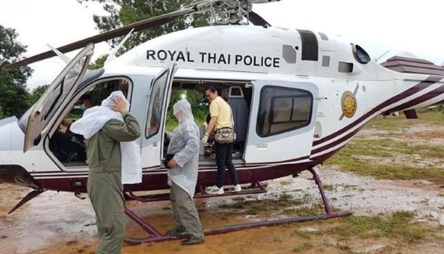 Nhân viên cứu hộ chuẩn bị phương tiện cấp cứu cho các nạn nhân ngày 10/7. Ảnh: Police Thailand News/Facebook.