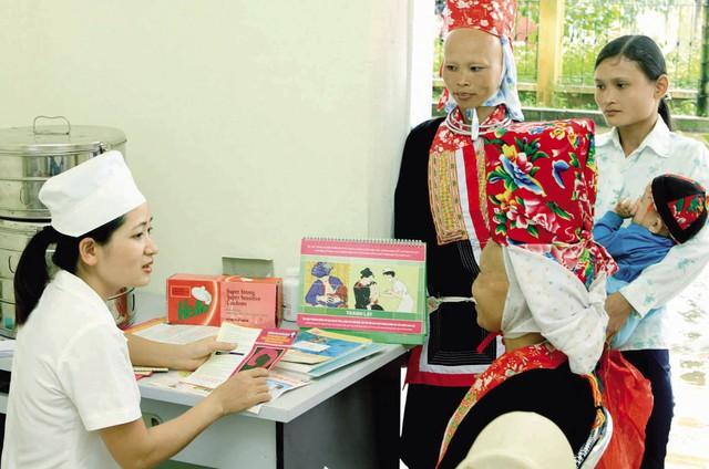 Hướng dẫn chăm sóc sức khỏe sinh sản cho phụ nữ xã Quảng Lâm, huyện Đầm Hà, tỉnh Quảng Ninh. Ảnh: Dương Ngọc