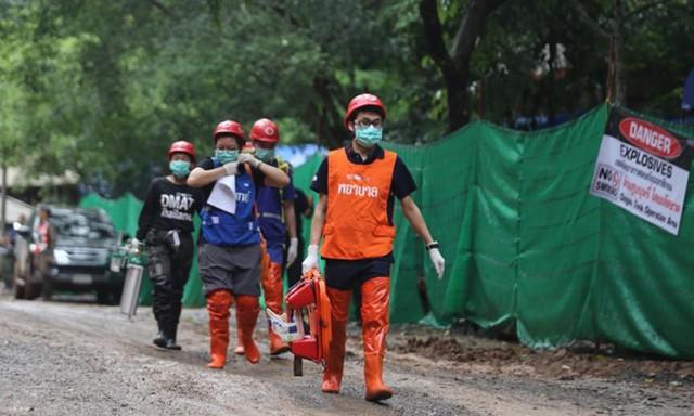 Đội cứu hộ đang làm việc gấp rút cho cuộc giải cứu cuối cùng.
