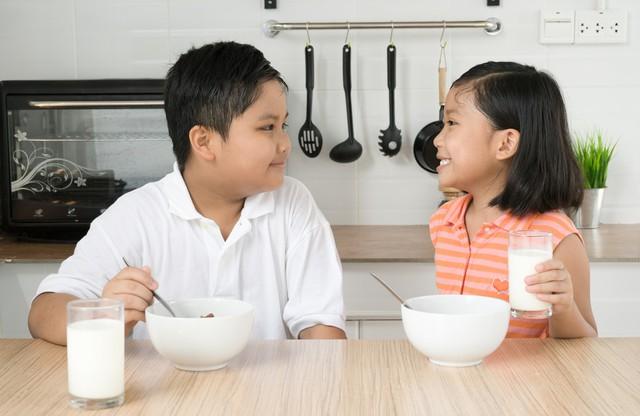 Dùng sữa trong bữa sáng sẽ giúp hấp thụ trọn vẹn giá trị dinh dưỡng vốn có của sữa.