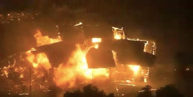Hình ảnh căn nhà của hai vợ chồng chị Laura bị ngọn lửa thiêu hủy.
