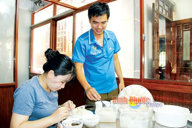 Trần Tuấn Anh hướng dẫn công nhân sơ chế sản phẩm yến sào Nam Phú. Sản phẩm yến sào đặc biệt chú trọng khâu sơ chế, bảo quản hoàn toàn bằng thủ công để tổ yến thật sự thuần chất thiên nhiên