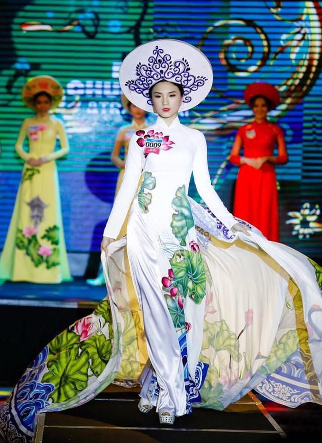 Thu Tâm tự tin trình diễn trang phục truyền thống