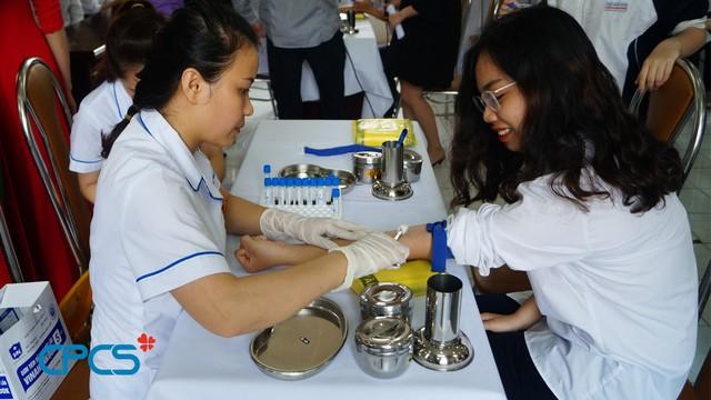Trung tâm DS-KHHGĐ Hoàn Kiếm, Hà Nội phối hợp với Viện Huyết học - Truyền máu Trung ương tư vấn, xét nghiệm tầm soát bệnh tan máu bẩm sinh – thalassemia cho học sinh THPT trên địa bàn. Ảnh: M.Trang