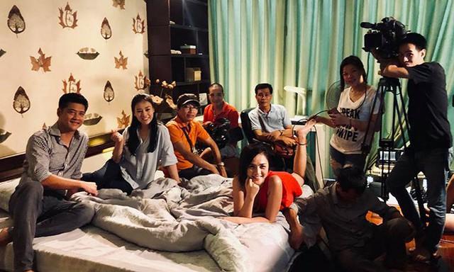 Bức ảnh đoàn làm phim Quỳnh búp bê được Phương Oanh chia sẻ.