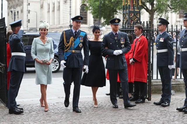 Sáng 10/7, Kate gây bất ngờ khi xuất hiện tại sự kiện tôn vinh lực lượng Không quân Hoàng gia Anh RAF vì trước đó Nữ công tước xứ Cambridge không xác nhận sẽ tham dự do đang trong kỳ nghỉ thai sản sau khi sinh Hoàng tử Louis . Sóng bước bên cạnh vợ chồng Kate và William là vợ chồng Meghan và Harry.