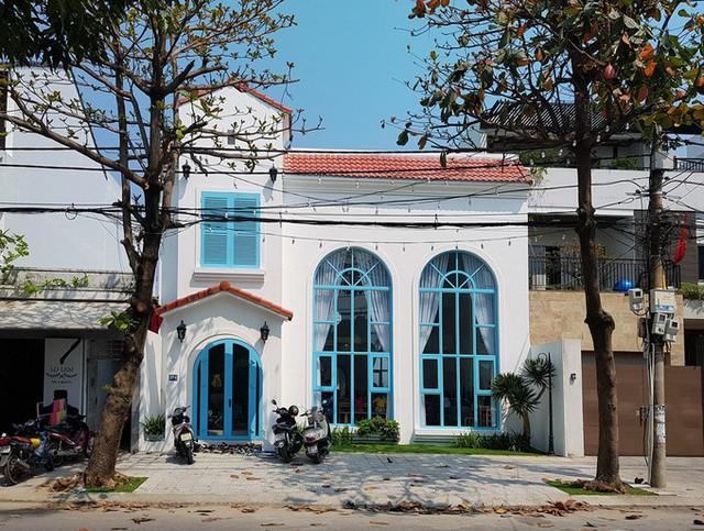 Nằm trên con đường Hàn Thuyên (Đà Nẵng), ngôi nhà 2 tầng mái ngói đỏ phảng phất nét kiến trúc châu Âu với hai màu chủ đạo xanh-trắng.