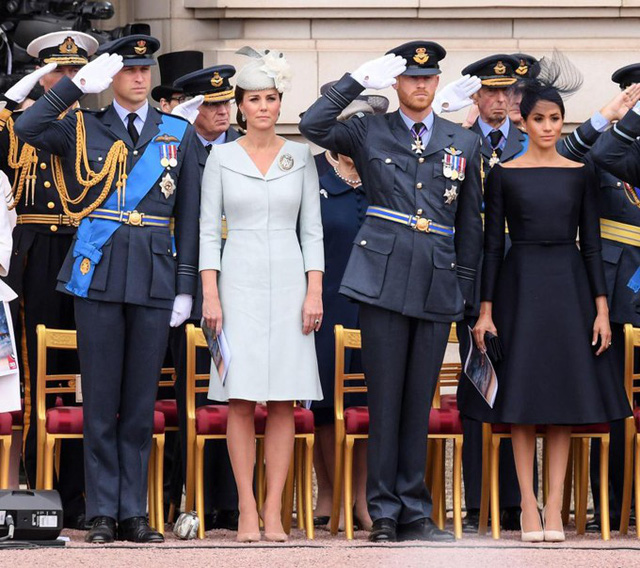 Trong khi hai Hoàng tử mặc quân phục, Kate chọn váy màu xanh nhạt của nhà thiết kế yêu thích Alexander McQueen, còn Meghan diện màu xanh navy đậm tương phản của Dior.