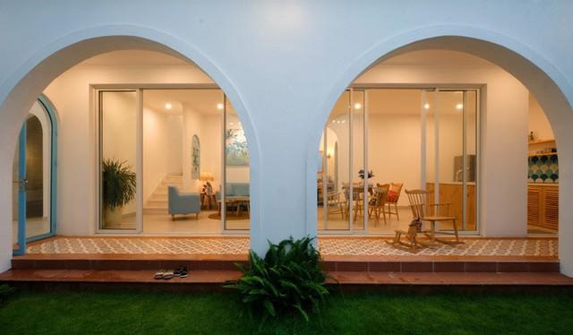 Gia chủ bố trí hành lang mái vòm để các khung cửa có thể mở ngay cả khi có nắng mưa.