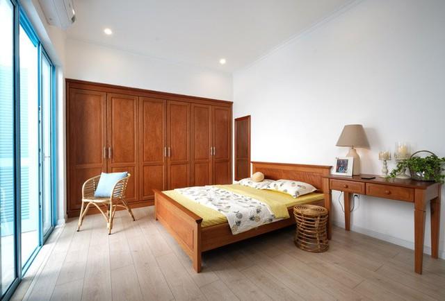 Tầng 2 có hai phòng ngủ là không gian riêng của các thành viên trong gia đình.