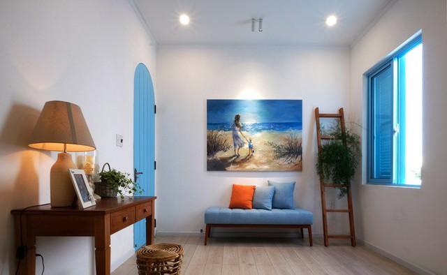 Nội thất xanh-trắng gợi nhớ tới tông màu của những khu nghỉ ở vùng biển, đem lại cảm giác mát mắt, dễ chịu.