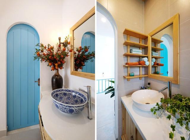 Khu vệ sinh được chăm chút từng chi tiết như bồn rửa, giá để đồ, bình hoa, cây trang trí.