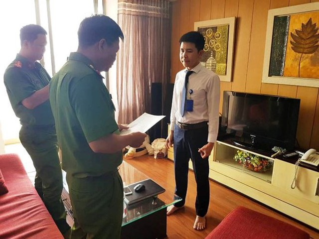 Công an đọc lệnh bắt Nguyễn Minh Quang.