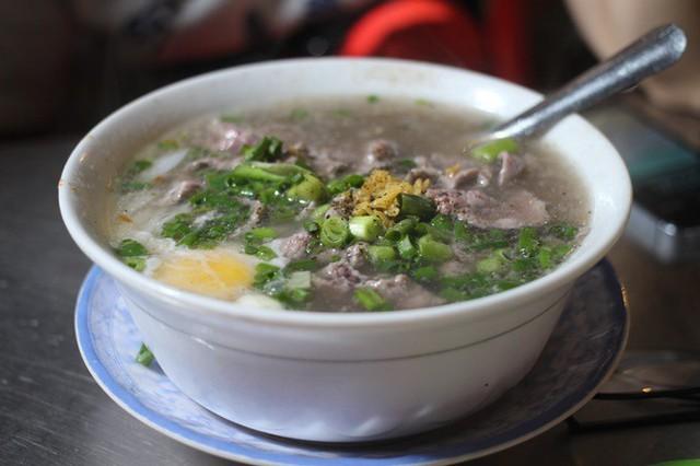 Phở Hớn Hưng - ngã sáu Nguyễn Tri Phương, quận 10 (15h 30 - 24h)  Khiến thực khách xiêu lòng bởi nước phở đậm đà, bò viên to dai sừng sực, tiệm phở hơn 50 năm tuổi này là lựa chọn không tồi vào những buổi tối muộn ở Sài Gòn, đặc biệt vào mưa đêm. Thêm một trứng chần vào tô phở bốc khói nghi ngút, kết hợp với thịt bò mềm sẽ làm bạn ấm bụng ngay lập tức. Giá một tô khoảng 40.000 - 70.000 đồng.         Bảy bún riêu - đường Hậu Giang, quận 6 (18h - 2h)  Tô bún riêu đầy ắp huyết, tàu hũ chiên, riêu, chả... quyện với mùi mắm tôm đậm đà có sức hút đặc biệt với dân Sài Gòn. Thế nên, món ăn khá kén người ăn vào ban đêm do có mắm tôm, dễ làm đau bụng, nhưng tiệm vẫn nườm nượp khách ra vào cho tới khuya. Giá khoảng 25.000 - 40.000 đồng/tô, nêm nếm hơi ngọt, hợp khẩu vị người miền Nam.         Xôi cadé - đường Trần Phú, quận 5 (17h - 2h)  Tồn tại hơn 40 năm nay ngay trục đường chính của quận 5, tiệm xôi của người đàn ông này luôn đông khách chờ mua dù là lúc 1-2 h sáng. Cadé vốn là một loại nhân được làm từ trứng, đường, nước cốt dừa, sầu riêng... cho vị ngọt béo, gói trong lá chuối tươi, phết lên trên mặt xôi dẻo nên dễ gây ngấy. Tuy nhiên lại là món khoái khẩu của các tín đồ ngọt. Một miếng xôi nhỏ bằng nắm tay, tầm 12.000 đồng vừa đủ lót dạ đêm khuya.      Sủi cảo Hà Tôn Quyền - quận 11 (14h - 1h30)  Lại một món ăn của người Hoa chiếm trọn cảm tình của các cú đêm, món sủi cảo nóng hổi trên đường Hà Tôn Quyền - đoạn đường nức tiếng với món ăn này. Tô sủi cảo tự chọn nhiều loại như bong bóng cá, cá viên, đậu bắp... có nước dùng vị thanh, chấm với tương đen, thêm vài lát ớt xắt cay cay đã miệng. Một tô khoảng 30.000 - 45.000 đồng, thêm vắt mì nếu bạn muốn ăn no.      Cháo sườn - chợ Tân Định (17h - 23h30)  Nếu giữa đêm thèm chén cháo nóng hổi thơm mùi tiêu, hột vịt bắc thảo ngậy ngậy cùng miếng sườn mềm có thể nhai cả sụn thì bạn chỉ việc phi xe thẳng đến đường Hai Bà Trưng, đoạn gần chợ Tân Định. Bạn sẽ bắt gặp vài gánh cháo lề đường vẫn kiên nhẫn ngồi chờ khách đến khuya. Một