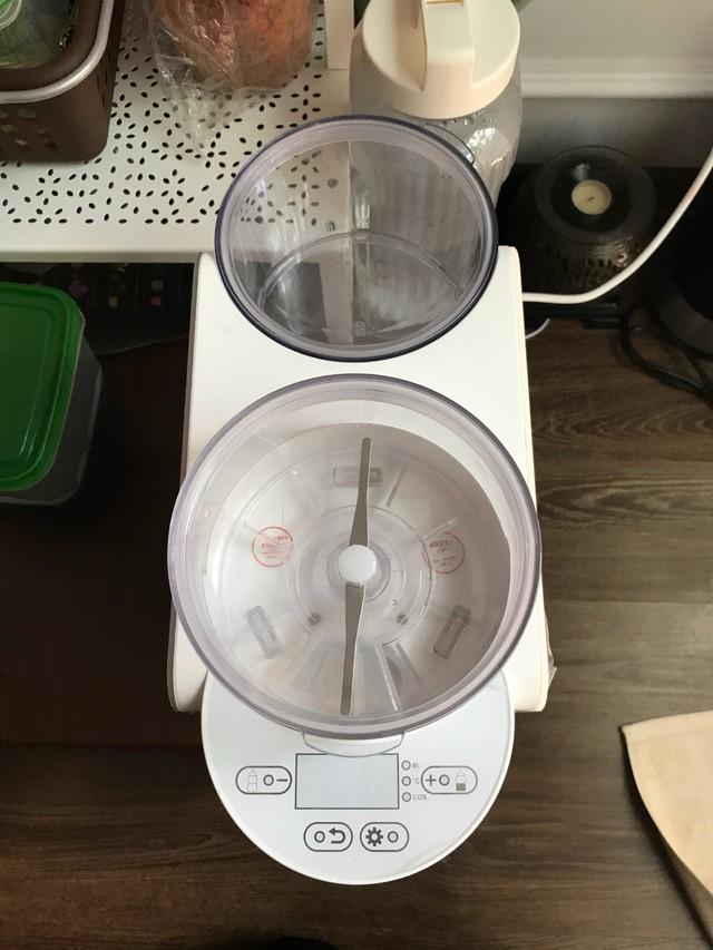Ngoại trừ khay đựng bột để pha thì máy pha sữa Tiny còn có 1 khay ở sau lên đến 1000gr để dự trữ sữa bột