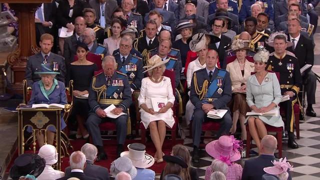 Tuy nhiên khi vào bên trong Điện Buckingham, Kate và William ngồi ở hàng ghế trên còn vợ chồng Meghan ngồi ở hàng ghế đằng sau.