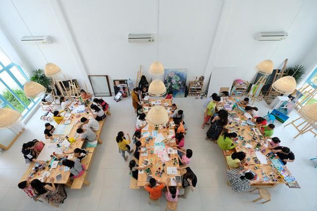 Khu vực dành cho lớp vẽ nghệ thuật chiếm khoảng không gian lớn nhất cả về chiều cao và diện tích. Các khung cửa sổ lớn, bàn dài làm bằng gỗ thông và đèn mây tre đem lại cảm giác thoáng rộng.