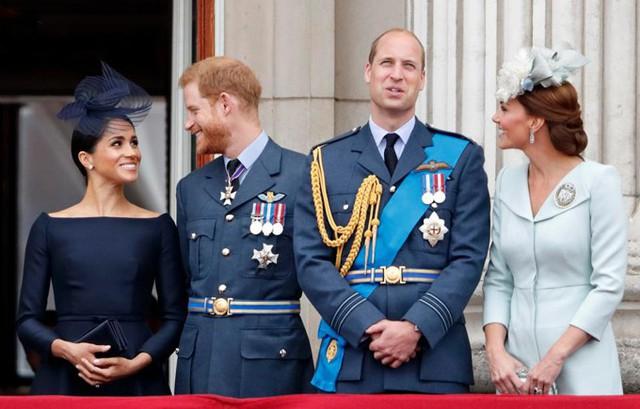 Trong lần thứ hai được sánh đôi trên ban công Điện Buckingham, Meghan và Harry lại tiếp tục nhìn nhau đắm đuối , ánh mắt ngập tràn hạnh phúc.