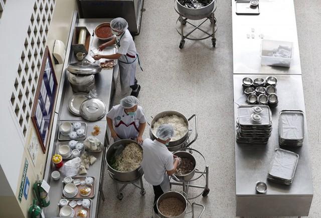 Nhà bếp chuẩn bị đồ ăn cho đội bóng nhí.