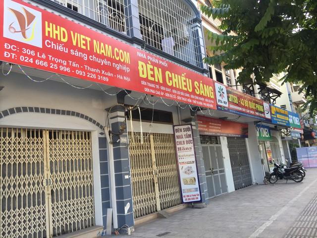Nhiều cửa hàng trên phố Lê Trọng Tấn đã thay màu sắc biển quảng cáo. Ảnh: Bảo Loan