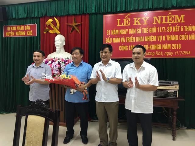 Ông Hoàng Công Lý (thứ hai từ phải qua), Phó Chủ tịch UBND huyện, Trưởng Ban chỉ đạo công tác Dân số - KHHGĐ, đã tặng lãng hoa chúc mừng ngành Dân số nhân dịp kỷ niệm 31 năm ngày Dân số Thế giới 11/7