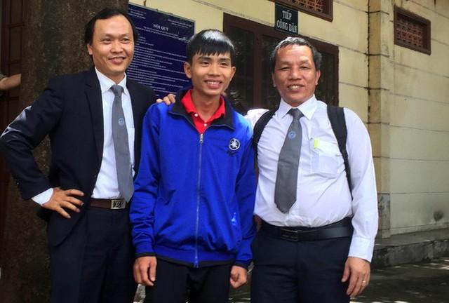 Bị cáo Đặng Thanh Tuấn và 2 luật sư sau phiên xử.