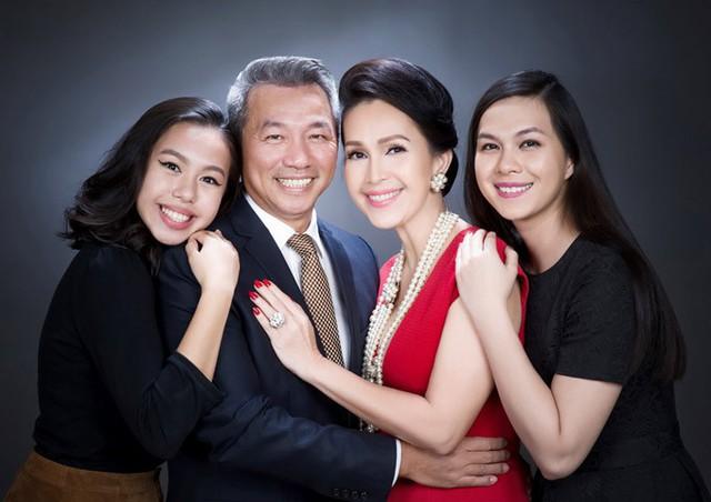 Ở lứa tuổi U60, nữ diễn viên rất mãn nguyện khi tổ ấm hạnh phúc, hai con gái đều trưởng thành.