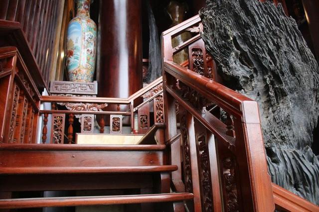 Nhà làm hoàn toàn bằng gỗ, gồm 22 cột gỗ cao, to, nhiều cột khoảng 2 người ôm mới xuể.