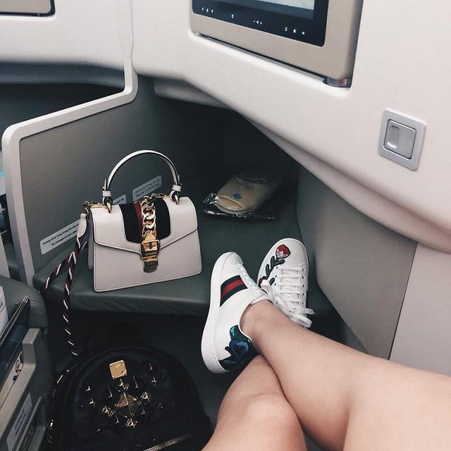 Giày và túi xách trong clip