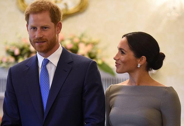 Trong lúc chụp ảnh và trò chuyện, Nữ công tước xứ Sussex quay sang nhìn chồng đắm đuối. Khác với cặp William - Kate, vợ chồng Hoàng tử Harry thường tỏ ra thoải mái và thân mật hơn khi xuất hiện trước công chúng hay báo giới. Cả hai thường xuyên nắm tay hay khoác tay nhau khi đi sự kiện.