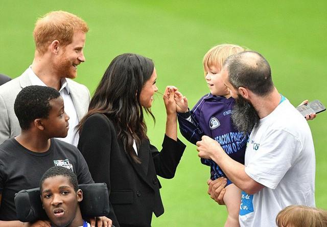 Sau khi rời dinh tổng thống, đôi vợ chồng mới cưới tiếp tục tới thăm một lễ hội thể thao ở công viên Croke Park. Cô diện bộ đồ đen thanh lịch kết hợp ví cầm tay cùng màu của Givenchy trị giá hơn 2.200 USD.
