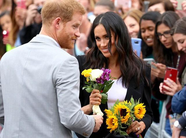 Rời Croke Park, Harry và Meghan tiếp tục tới thăm Đại học Trinity ở Dublin. Nàng dâu mới của hoàng gia Anh được người dân chào đón nồng nhiệt và tặng hoa. Đây là điểm đến cuối cùng trong chuyến công du ngắn ngày của vợ chồng Harry.