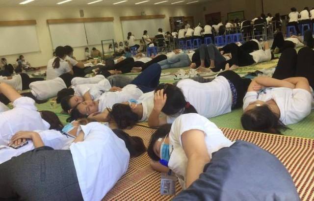 Nhiều công nhân Công ty Yazaki nhập viện trong tình trạng choáng, buồn nôn và ngất. Ảnh: Đức Tùy