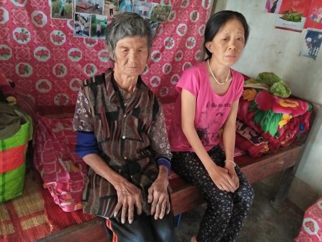 Ốm yếu, mọi sinh hoạt hàng ngày chị Nga (áo đỏ, bên phải) đều trông chờ vào người mẹ già 84 tuổi. Ảnh: H. Thạch.