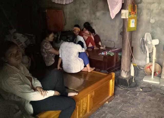 Người thân đến an ủi động viên gia đình anh Đạt.