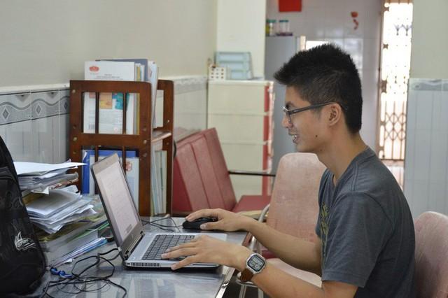 Ngoài học tập trên lớp, Tùng còn tìm hiểu các tài liệu trên mạng. Ảnh:Trần Nguyên